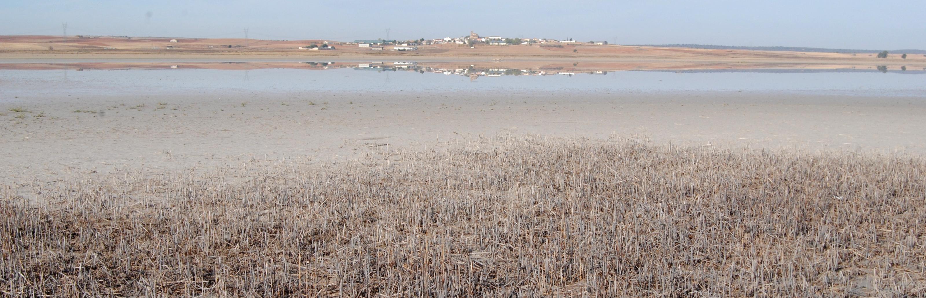 La localidad de El Hito reflejada en la laguna