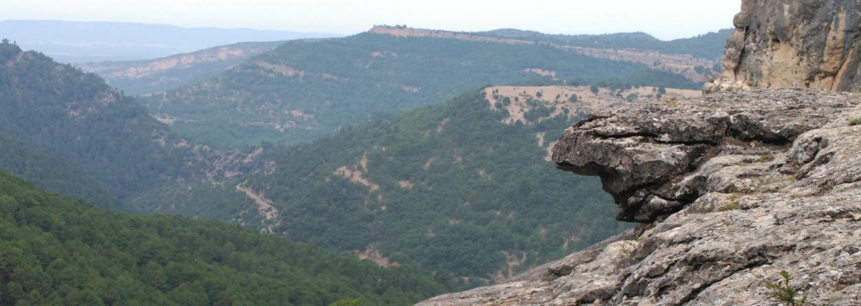 Paso del sendero entre los farallones de roca