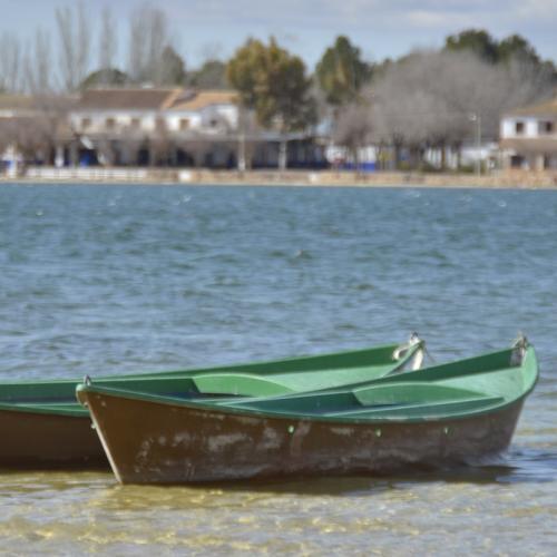 Laguna Grande, zona de baños y barcas tradicionales