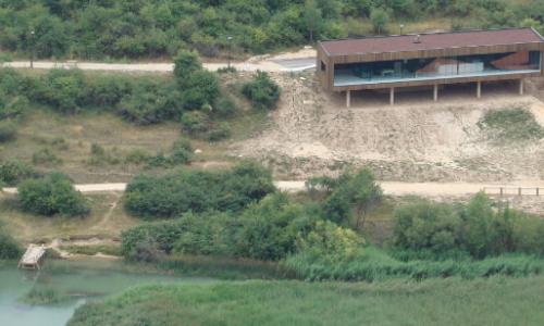 El Centro, al pie de la Laguna de Uña