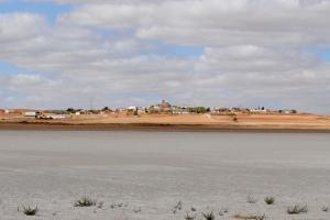 Laguna de El Hito con la localidad de El Hito al fondo