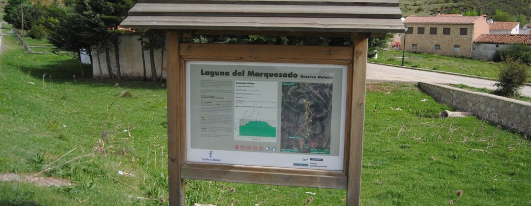 Indicaciones del sendero interpretativo en la localidad de Laguna el Marquesado